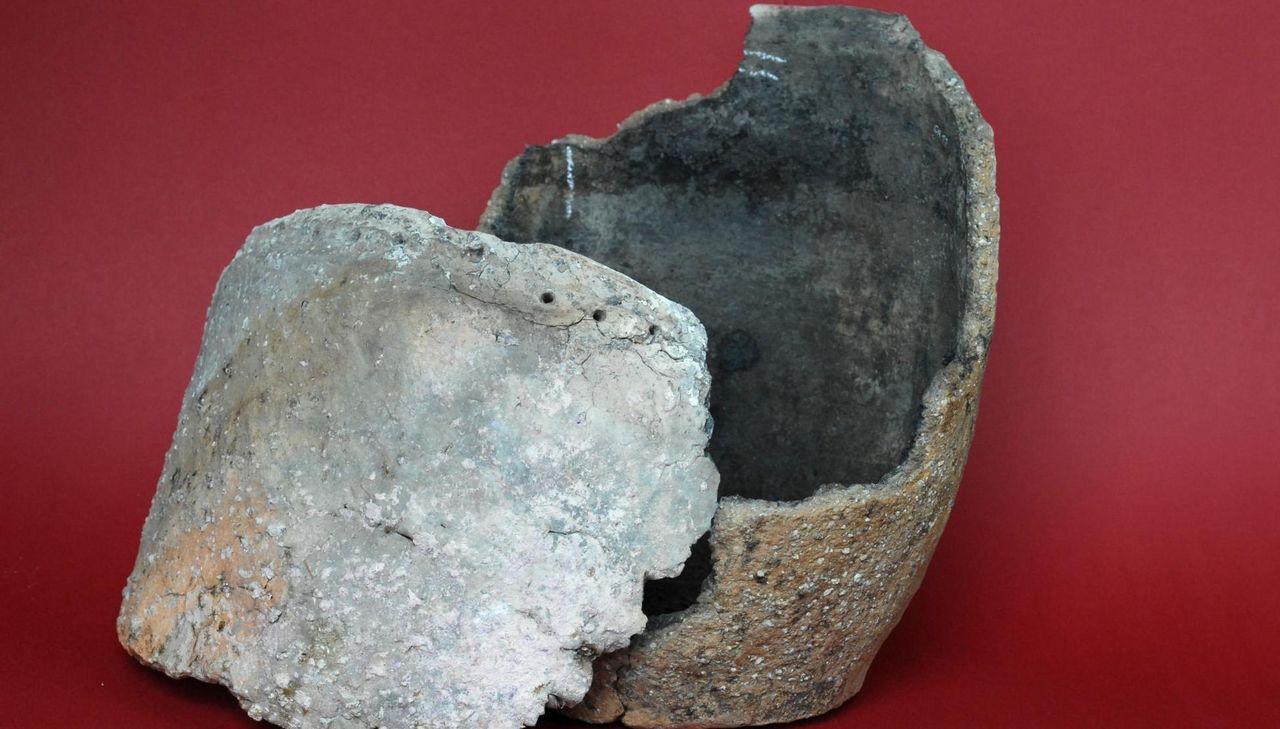 Zwei Fragmente eines jungsteinzeitlichen Topfs
